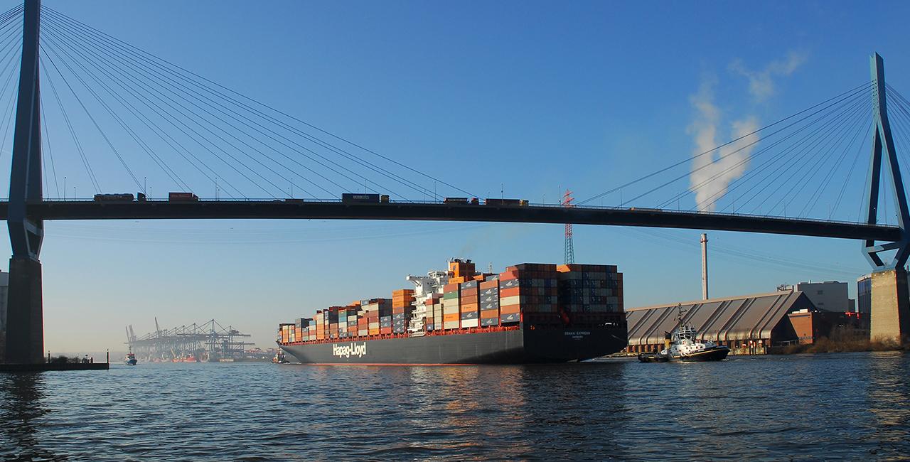 Hafenrundfahrt auf dem Schiff in Hamburg