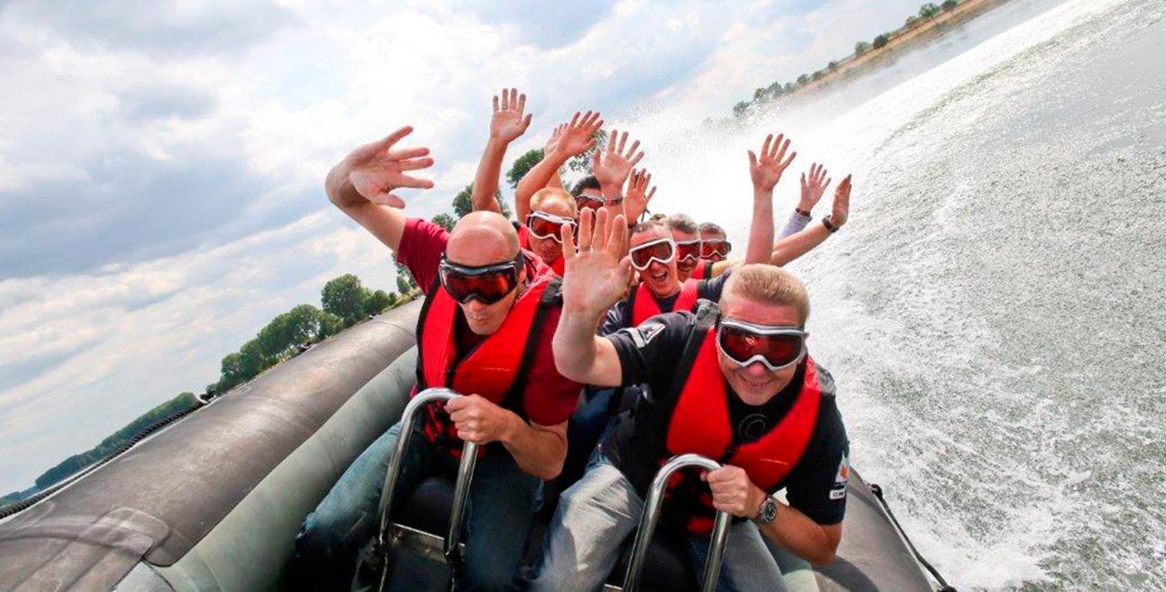 Powerboot fahren auf dem Rhein in Speyer, Raum Mannheim